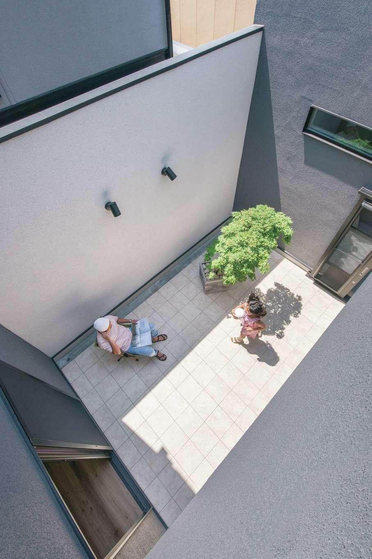 静鉄ホームズ【デザイン住宅、間取り、インテリア】隣家からの視線を遮りながら、BBQやボール遊びを楽しめる10畳の中庭。インナーガレージとも直結