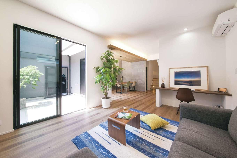 静鉄ホームズ【デザイン住宅、間取り、インテリア】リビングのソファに横たわると、中庭からの風がやさしく頬を撫で、リゾートの開放感に包まれる。育ち盛りの小学生が2人いるとは思えないほど、おしゃれでモダンな空間がすてき