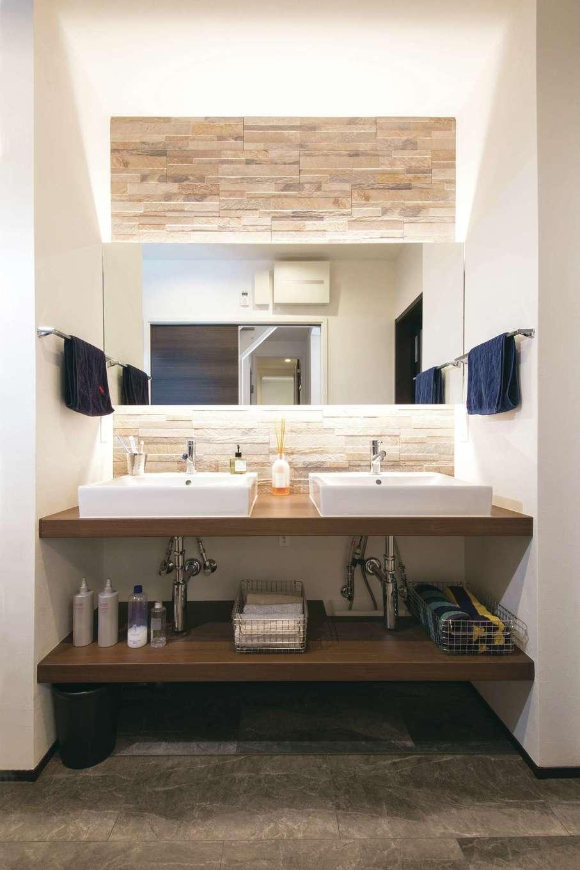 静鉄ホームズ【デザイン住宅、間取り、インテリア】ワイドな鏡とタイルを使い、ホテルライクに仕上げたオーダーメイドの洗面台