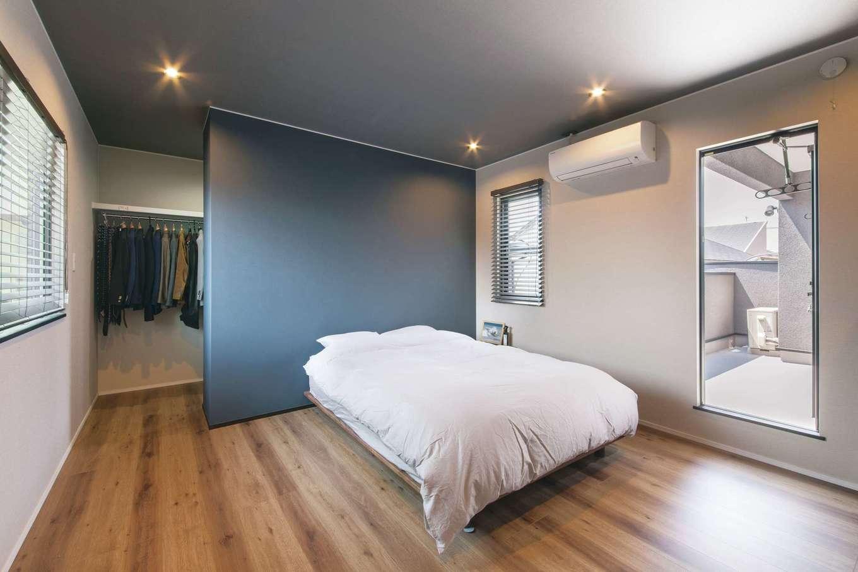 静鉄ホームズ【デザイン住宅、間取り、インテリア】ウォークインクローゼットをアクセントウォールで緩やかに仕切り、より広く感じられる主寝室