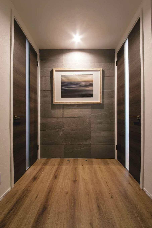 静鉄ホームズ【デザイン住宅、間取り、インテリア】ギャラリーのような玄関ホール。右に進むとキッチン、左に進むとサニタリーへとつながる2WAYの便利な動線