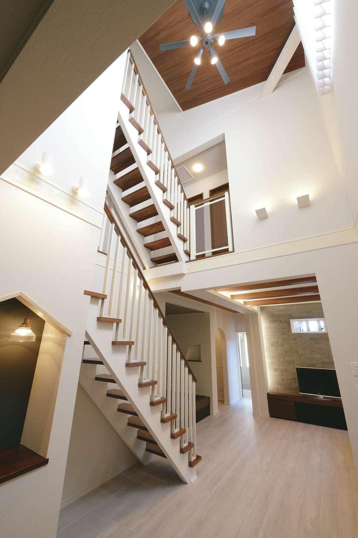 朝日住宅【デザイン住宅、間取り、インテリア】ヨーロピアンスタイルを意識した吹抜けのLDK。2階へ上がる階段と、小屋裏へ上がる階段を平行に配置し、アーティスティックでゴージャスな空間を演出