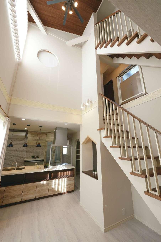 朝日住宅【デザイン住宅、間取り、インテリア】高いレベルの気密性、断熱性を誇るZEHプラス仕様の室内は3層の吹抜けでも冷暖房の効きがよく、年中快適&省エネを実現