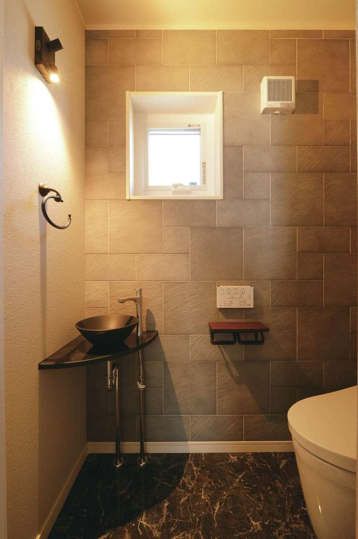 トイレは石目調のフロアタイルやコンクリート風の壁紙をベースに 洗面ボウルと照明を黒でまとめてインダストリアルな雰囲気にコーディネート イエタ