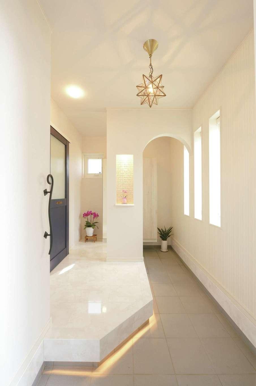 朝日住宅【デザイン住宅、間取り、インテリア】シューズクローク付きの玄関。白を基調に、スターライトや間接照明をプラスしてエレガントに演出