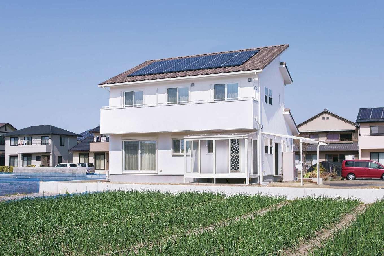 四季彩ひだまり工房 高田工務店【子育て、収納力、間取り】太陽光パネルを載せるため、アシンメトリーにデザインした屋根がおしゃれ。純白の本漆喰ホワイトウォールとの組み合わせもいい