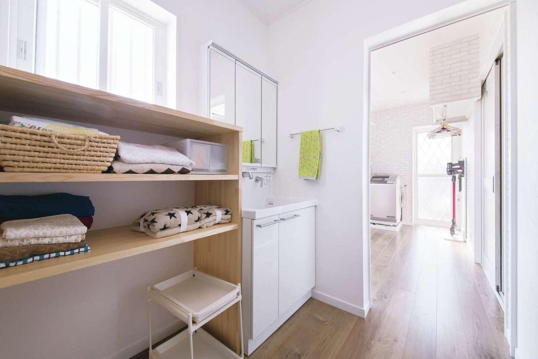 四季彩ひだまり工房 高田工務店【子育て、収納力、間取り】2階寝室から1階へ降りて洗面脱衣所で顔を洗い、ユーティリティルームにある洗濯機のスイッチを入れ、キッチンで朝食準備をするルートを設計。食後に洗濯物を室内orコンサバトリーに干せば終了だ。家事のための移動距離を極限までコンパクトにしている