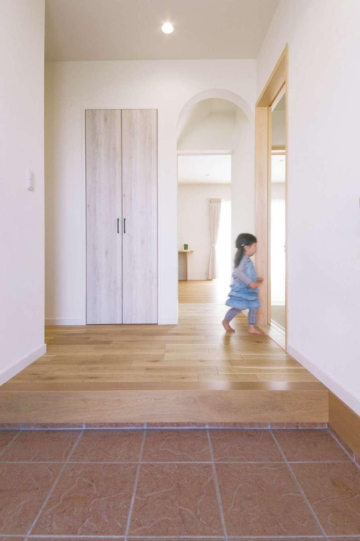 四季彩ひだまり工房 高田工務店【子育て、収納力、間取り】玄関からLDKへ続く廊下には、アーチ型の開口を用意