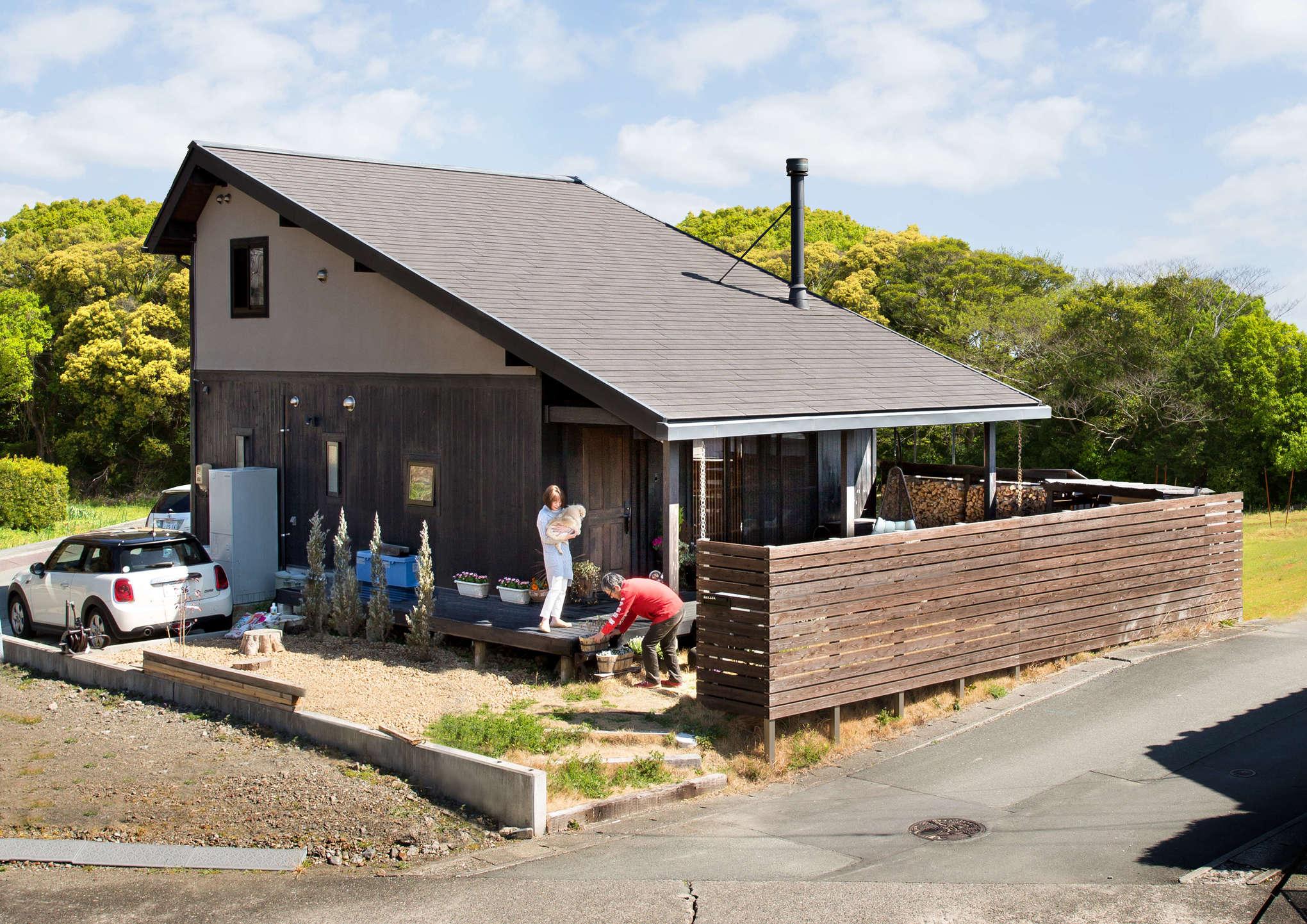 深い軒をもたらす大屋根の存在感と、杉板を貼った外壁が目を引く「程々の家」。和の風合いと、スマートなデザインを融合させた所に魅力がある。「家を訪れた方から、『かっこいい家ですね』『素敵ですね』と褒めていただくたびに嬉しくなります」そう夫妻は笑う
