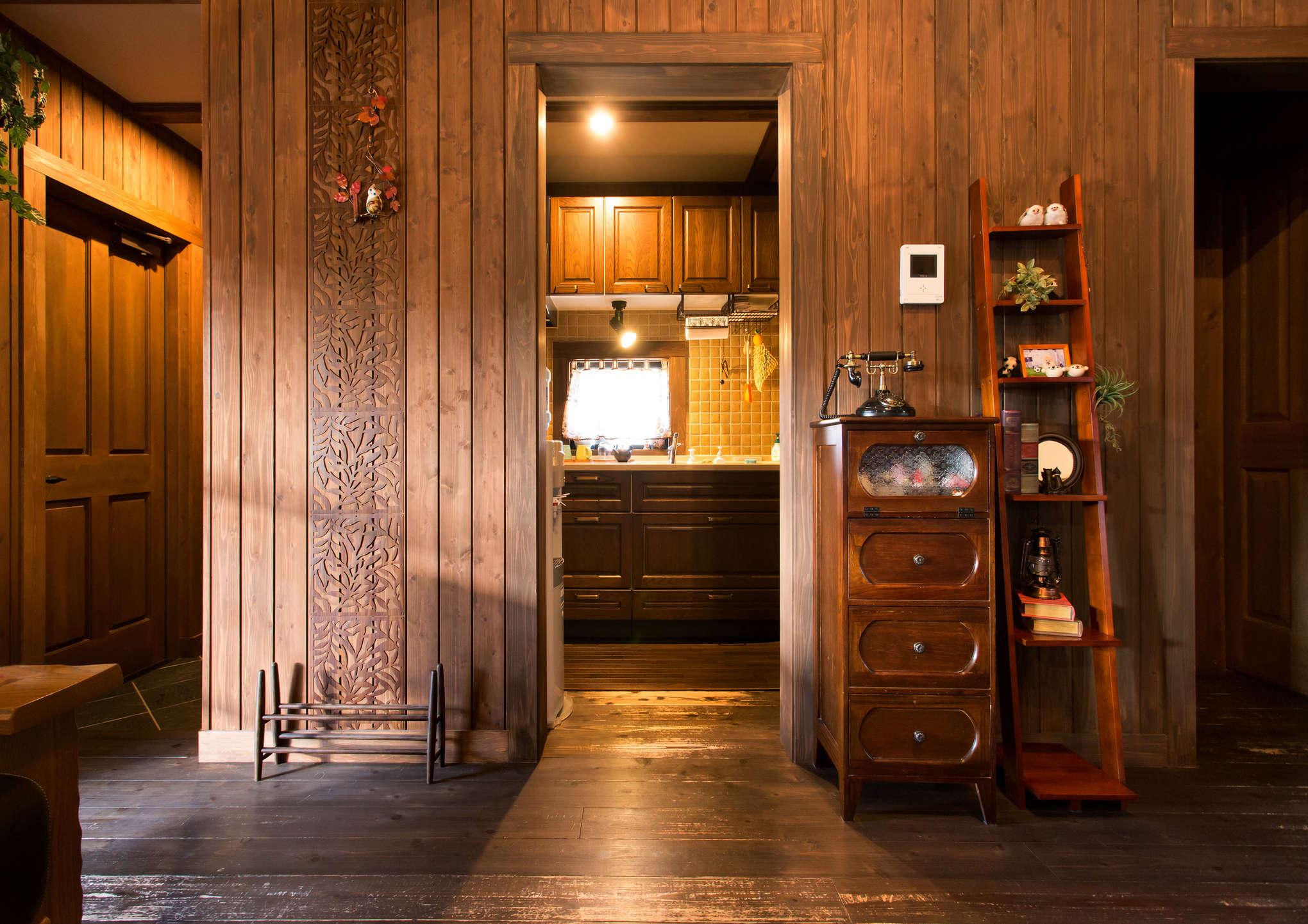 リビングの横に、隠れ家のようにそっと作られた木製キッチン。写真左の玄関からもアクセスしやすく、ダイニングテーブルまでの距離も短い。コンパクトな暮らしのお手本と言えそう