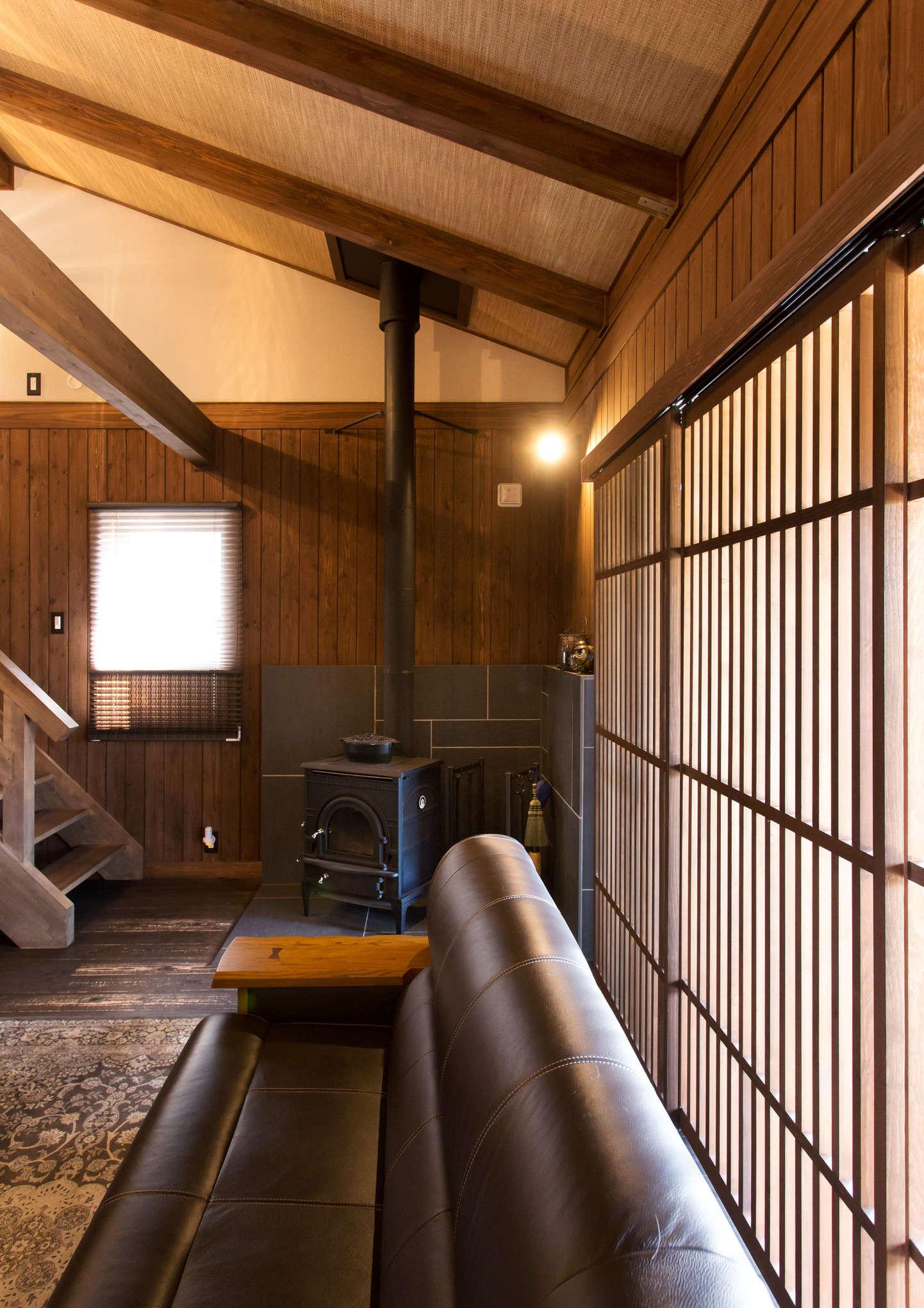 デザイン重視で選んだダッチウエストの薪ストーブがおしゃれ。炉台の石は幾何学模様を描くように組み合わせ、存在感たっぷりに仕上げた。入居後3年を経て、薪ストーブのある生活にもすっかり慣れたそう