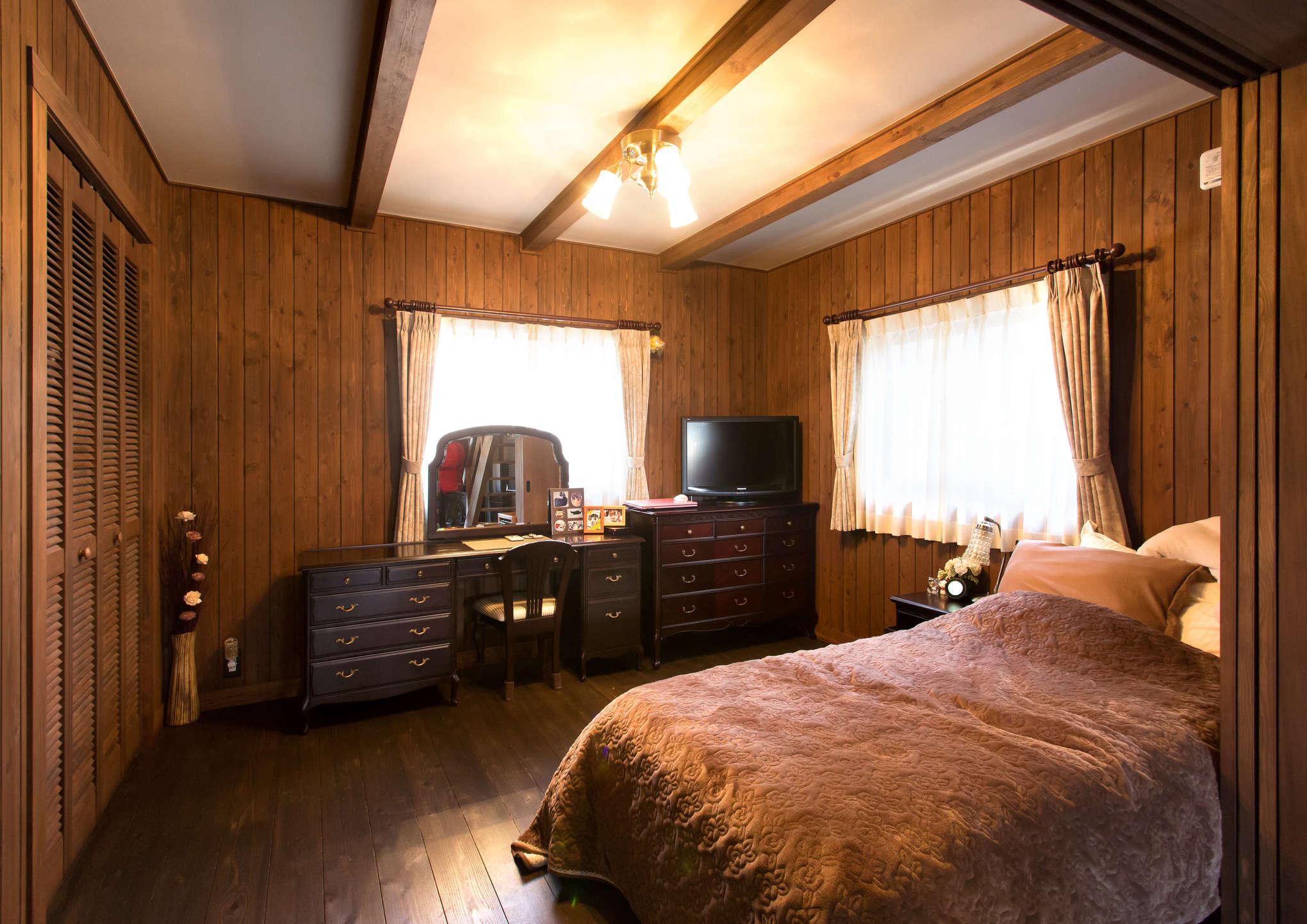 LDKの隣にある奥さまの寝室は、収納家具やベッドシーツ、カーテンの色味までセンス良くコーディネートされている。「何かを選ぶ時は色味に気を使いますね。物が増えないよう、新しい商品を買うたびに古いものを処分します」と奥さま