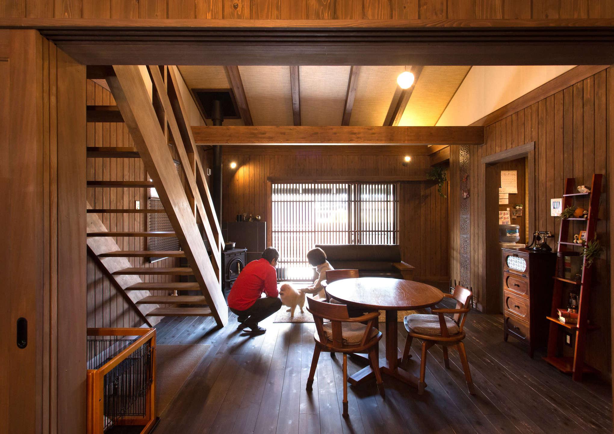 1階のLDKはダイニングテーブル、ソファ、薪ストーブが置かれたシンプルな空間。「凝りすぎない。造りすぎず、飾りすぎない」という家のコンセプトそのままに、杉板の風合い、吹き抜けの網代天井の色味、格子戸から漏れる光が室内に華を添える