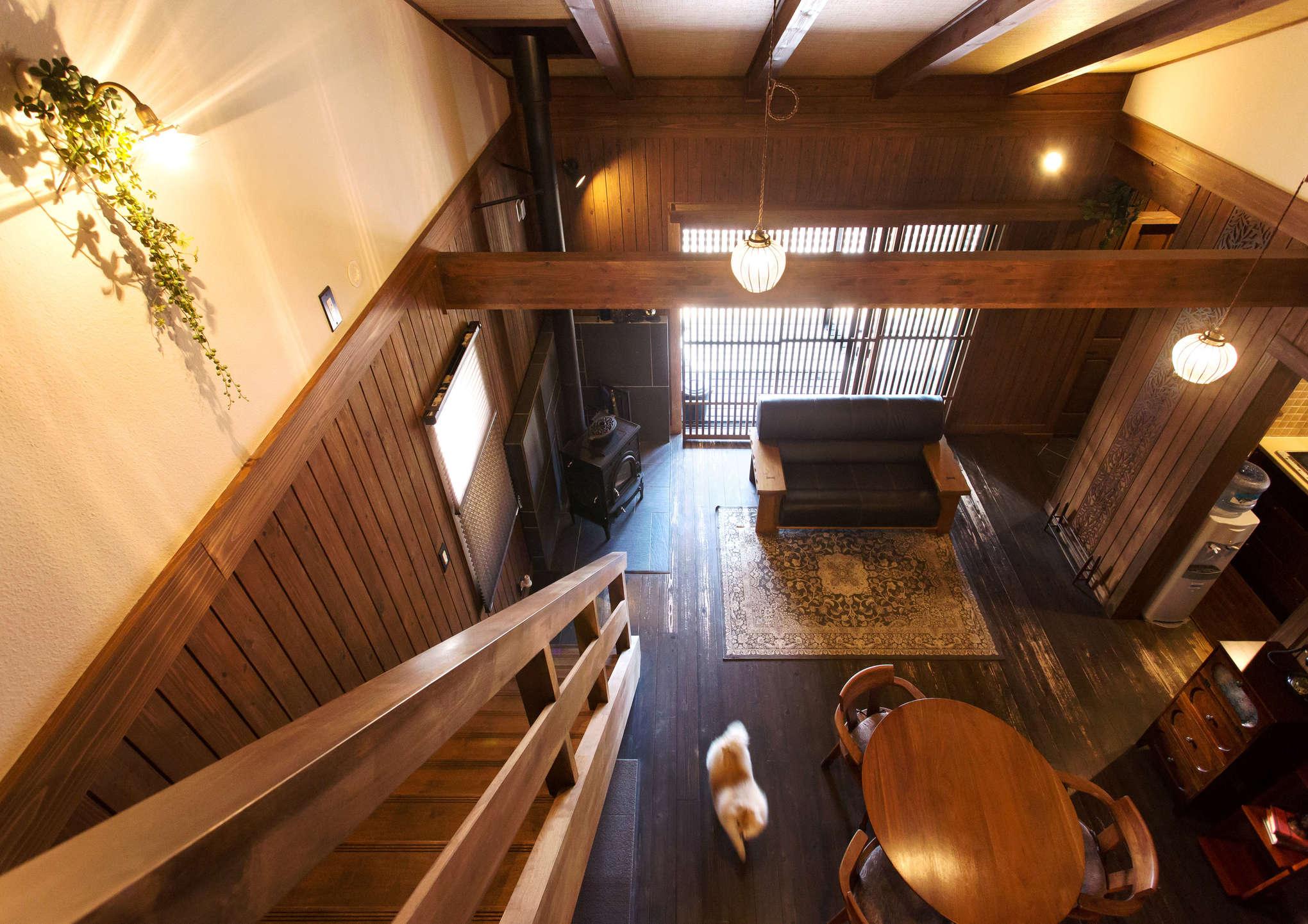 階段を登ると、吹き抜け上部から1階の様子が見下ろせる。部屋を仕切る壁はほとんどなく、1階と2階のすべてが繋がるワンルームのような造りがユニーク。愛犬のポメラニアンも元気よく室内を駆け回る