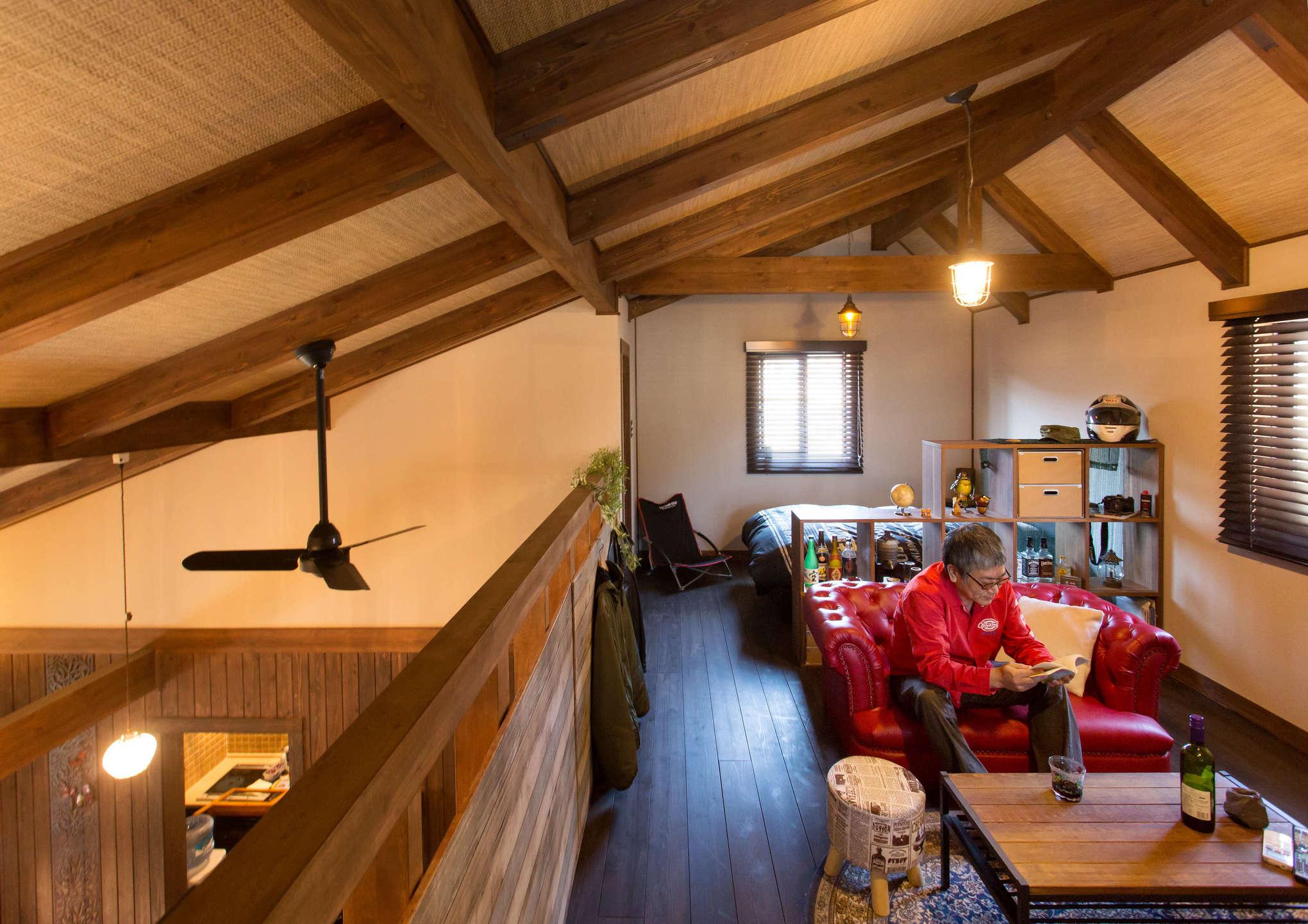 2階のロフトスペースはご主人の居室。吹き抜けを覆う斜め天井の登り梁や、網代天井の雰囲気が趣深い。和を彷彿とさせる内装に、アメリカンヴィンテージ調の家具を合わせるセンスもさすが