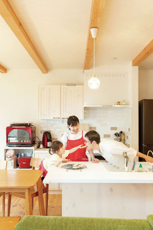 アイジースタイルハウス【収納力、自然素材、間取り】白いアイランドキッチンを中心とした家事効率のいい間取り。無垢の床、塗り壁を贅沢に使ったナチュラルな空間にきれいな空気がゆっくりと流れ、ほのぼの家族の笑い声が弾ける