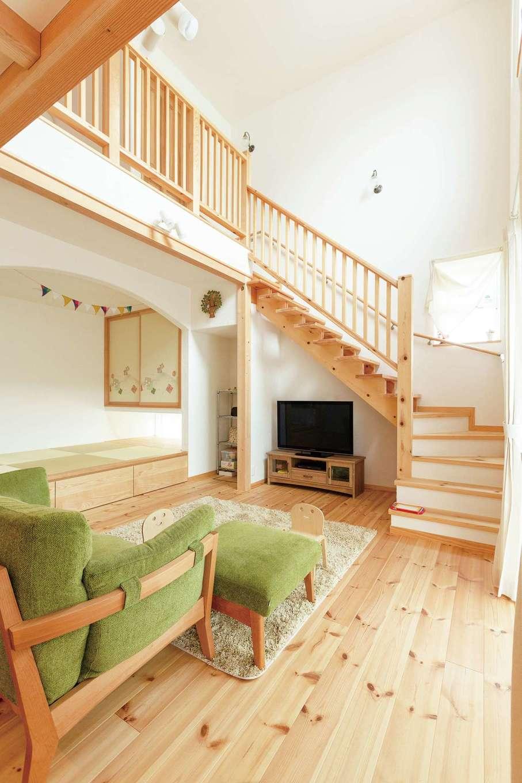 アイジースタイルハウス【収納力、自然素材、間取り】子どもが帰ってきて、ママに「ただいま」を言ってから2階に上がるリビング階段。小上がりの畳コーナーは、昼寝や洗濯物をたたむときにも便利