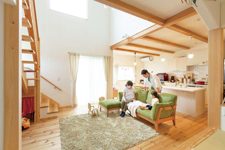 アイジースタイルハウス【収納力、自然素材、間取り】家族がどこにいてもつながりを感じる、開放感あふれるLDK。キッチンからは吹抜けを通じて2階の気配もわかるので、子育てママも安心して家事ができる