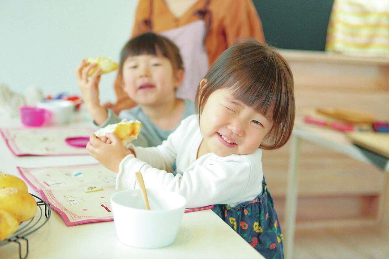 アイジースタイルハウス【収納力、自然素材、間取り】自宅で手ごねパン&アイシングクッキー教室を開催している奥さま。『アイジー』の家を体感しつつ、おいしいパンやクッキー作りを体験することができる。詳細は「オハナスマイル 豊川」で検索