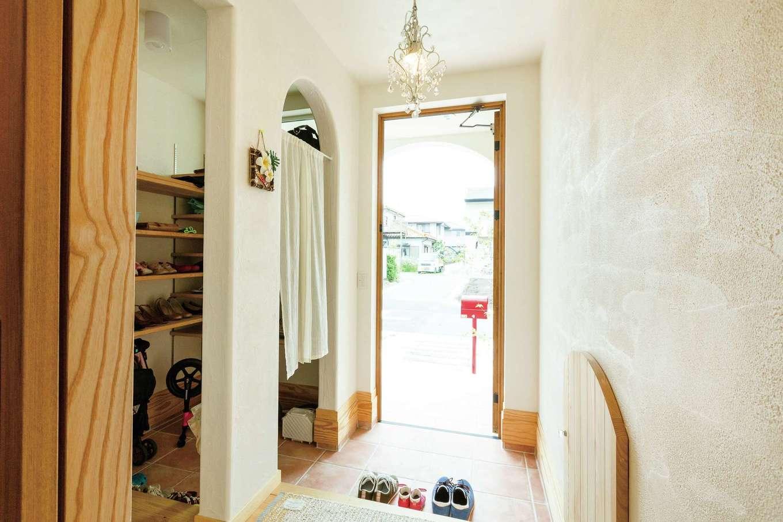 アイジースタイルハウス【収納力、自然素材、間取り】ベビーカーもすっきり収まる広い玄関クロークで、空間をいつもスッキリとキープ