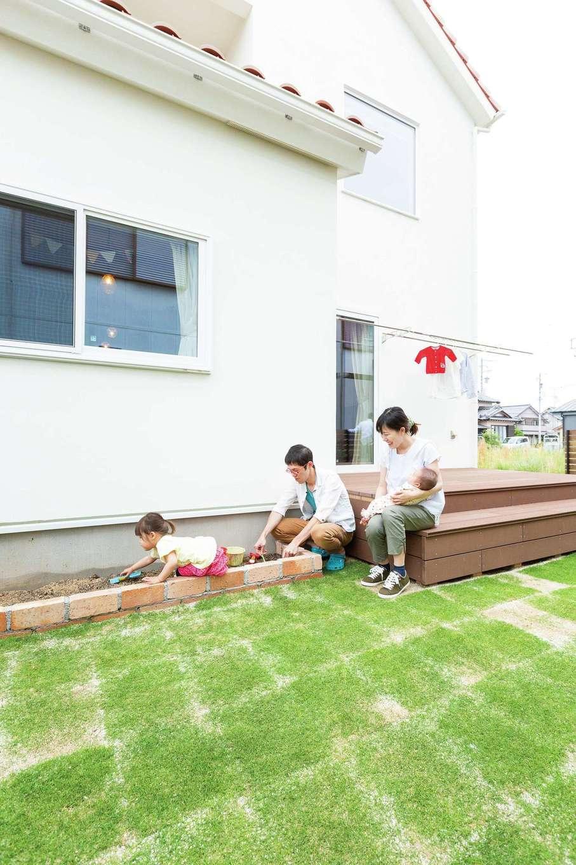 アイジースタイルハウス【収納力、自然素材、間取り】憧れのウッドデッキと花壇のあるスローな暮らしを実現し、子どもものびのび育ちそう♪