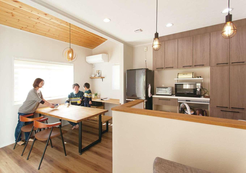 ほっと住まいる【自然素材、間取り、インテリア】キッチン横にタモ材のダイニングテーブルを設置し、配膳や片付けがしやすい動線にダイニングスペースを設計。アイアンのテーブル脚は、なんとご主人がDIYした力作。他にもキッチンカウンター部分のサンドペーパーがけなど、家づくりにも楽しみながら積極的に参加されたそう