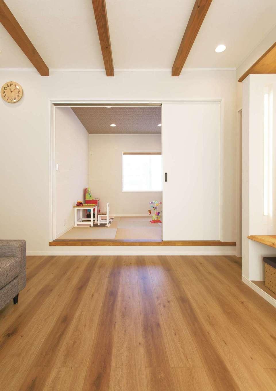 ほっと住まいる【自然素材、間取り、インテリア】リビング内にある小上がりの和室。赤ちゃんを寝かしつけていても距離が近く、いつも家族を感じられる。子どものおもちゃは、この部屋の収納スペースにまとめてある