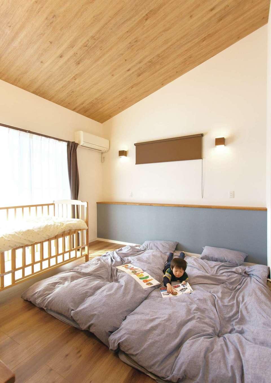 ほっと住まいる【自然素材、間取り、インテリア】まだ子どもが小さいため、今は夫婦のベッドルームで家族4人で仲良く眠る。天井の勾配がいい感じ!