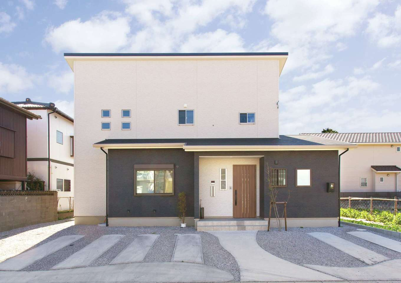 ほっと住まいる【自然素材、間取り、インテリア】町並みに馴染むツートンカラーのシンプルな外観。外壁材は、長期間メンテナンスのいらないものを採用。将来を見据えて、駐車場は広々4台分を確保している