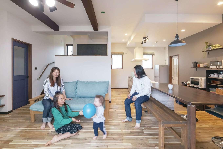 丸昇彦坂建設【デザイン住宅、間取り、ペット】家族のコミュニケーションをとりやすいLDK。素足が気持ちいい床は、木目の節ありの無垢材を採用