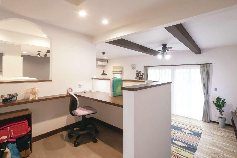 丸昇彦坂建設【デザイン住宅、間取り、ペット】中2階に設けた長女のスタディコーナー。キッチンに立つママの気配を感じながら、コックピットのようなこぢんまりとした空間で勉強に集中できる。