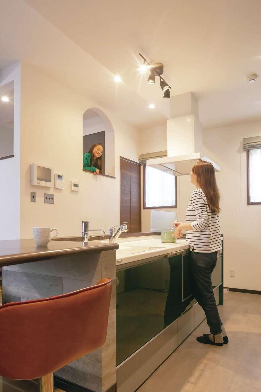 丸昇彦坂建設【デザイン住宅、間取り、ペット】中2階のスタディコーナーは、宿題でわからないところがあってもすぐママに教えてもらえて便利。常にお互いの気配を感じられるので、ママも長女も安心して家事や勉強ができる