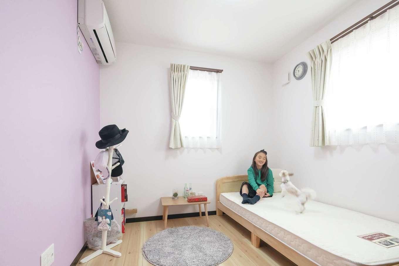 丸昇彦坂建設【デザイン住宅、間取り、ペット】長女の個室はピンク、長男の個室はブルーのアクセントクロスを採用