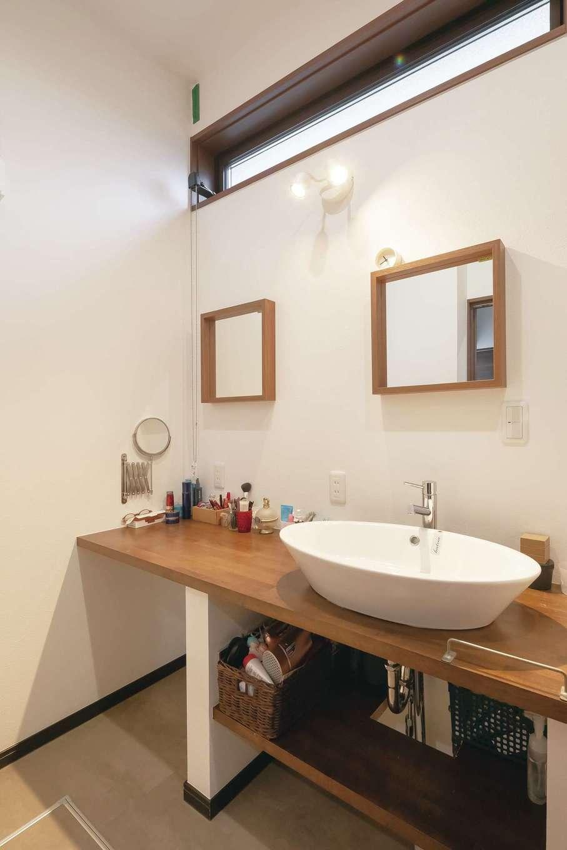 丸昇彦坂建設【デザイン住宅、間取り、ペット】パウダールーム兼用の広い洗面室。造作のカウンターと洗面ボウルがおしゃれ