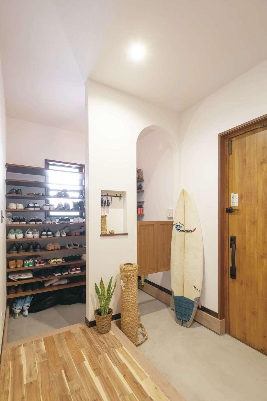 丸昇彦坂建設【デザイン住宅、間取り、ペット】サーフボードもすっぽり収納できる広い玄関ホール。ウエスタン調のスイングドアが奥さまのお気に入り