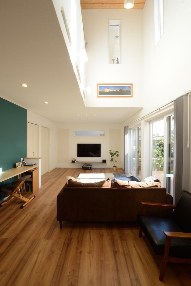 Yamaguchi Design 【デザイン住宅、収納力、間取り】20畳を超える吹抜けのLDK。大きな開口部から燦々と光が差し込み、夏も冬も快適に過ごすことができる。リビング内にスタディコーナーを設置し、長男はいつもママに見守られて勉強できる