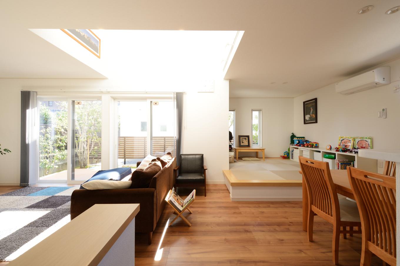 Yamaguchi Design 【デザイン住宅、収納力、間取り】対面キッチンから見える小上がりの畳コーナー。ゴロンと横になったり、洗濯物をたたんだり、ゲストが遊びに来た時のベンチ代わりになったり、多用途に使えて便利。収納機能付き