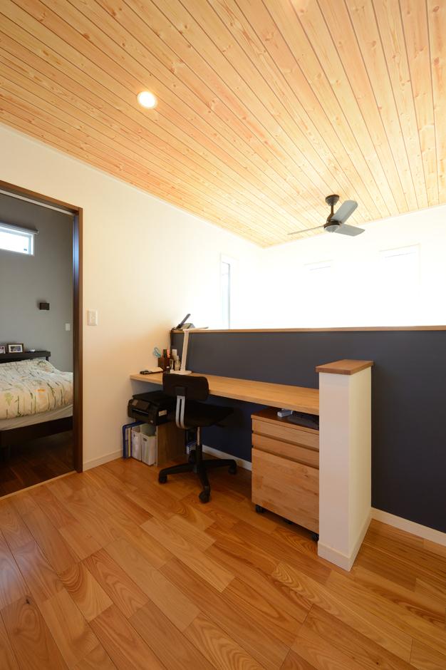 Yamaguchi Design 【デザイン住宅、収納力、間取り】吹抜けに面して造作したご主人のワークスペース。1階の気配を感じながら作業できるので、家族のコミュニケーションもとりやすい