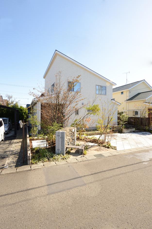 Yamaguchi Design 【デザイン住宅、収納力、間取り】『Yamaguchi Design』らしいエッジの効いた外観デザイン。片流れの屋根に6kWのソーラーパネルを搭載。道路からの目線を外すために、L字型の建物にした