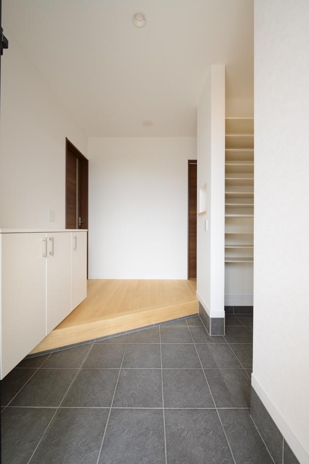 二世帯共有の玄関。大容量の土間収納を設け、散らかりがちな玄関も常にすっきりと見せることができる