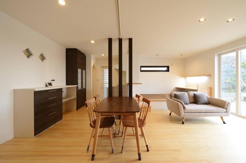 3本の化粧柱で緩やかにゾーニングした子世帯のLDK。肌触りのいい床は無垢の杉板を使用。天然木ならではの経年変化も楽しみのひとつ