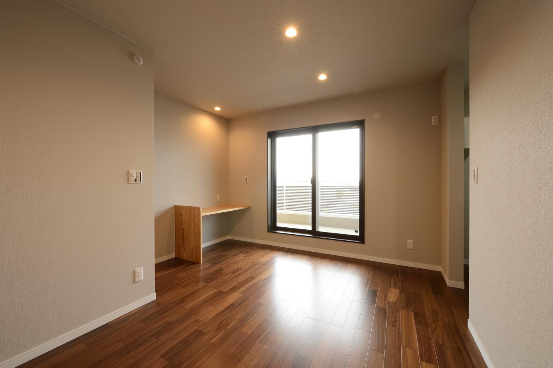 子世帯の寝室は8畳の広々サイズ。3畳のウォークインクローゼットも完備。2階に浴室とランドリールームを設け、そのままバルコニーで洗濯物を干せる動線を確保したことで、忙しい子育てママの家事負担を軽くする
