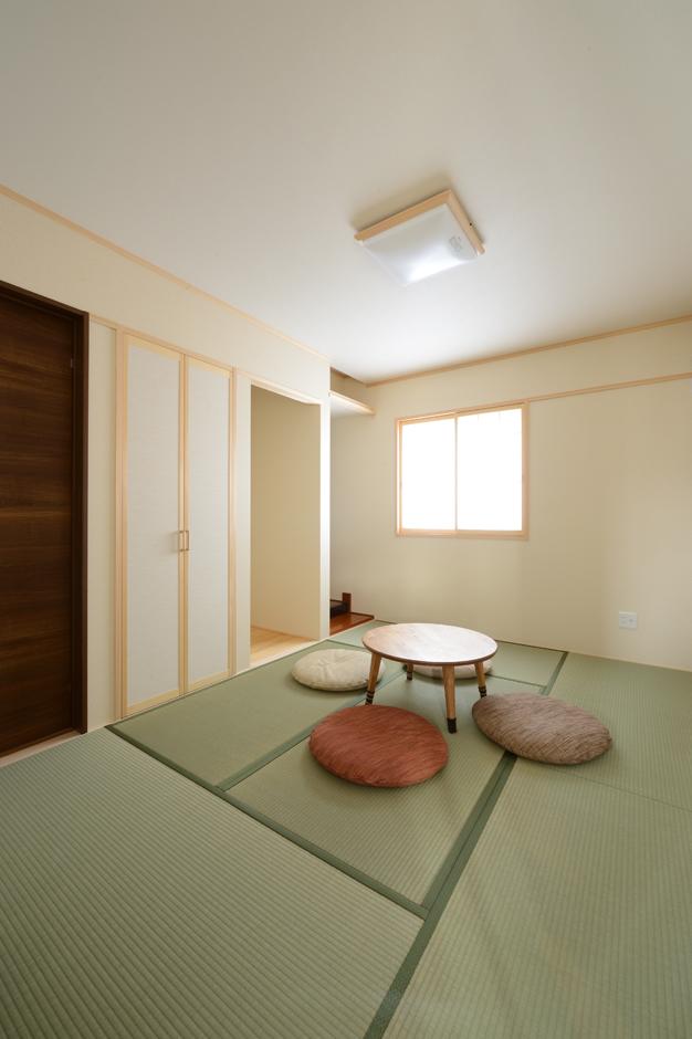 床の間、仏間を備えた6畳の和室は、親世帯からも子世帯からもアクセス可能。ゲストが泊まりに来たときの寝室としても使える