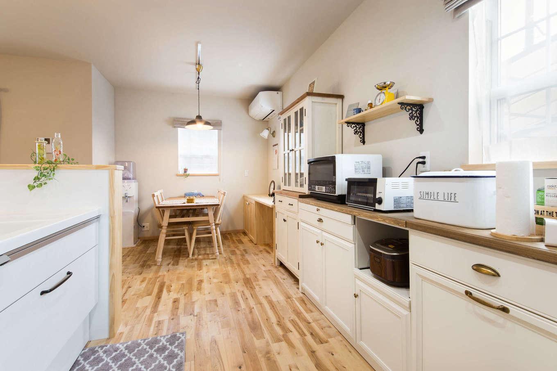 以前から使っているお気に入りの食器棚のサイズと雰囲気に合わせてデザインしたキッチンスペース。家族みんなで料理や片付けがしやすいよう、ワークスペースも広くとった