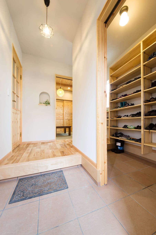 今井建設【自然素材、間取り、インテリア】家族とゲスト用に分けたことで、散らかりがちな玄関ホールも常にスッキリと。シューズクロークは間仕切りもできる。左手のドアを開けるとリビング、正面奥が和室