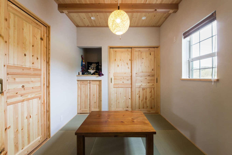 玄関からリビングを通らずに直接アクセスできる和室。天井も建具もパイン材。客間として使うのはもちろん、洗濯物をたたんだり、子どもをお昼寝させたり、ご主人がビールを飲みながらナイター中継を観たり、多用途に使える