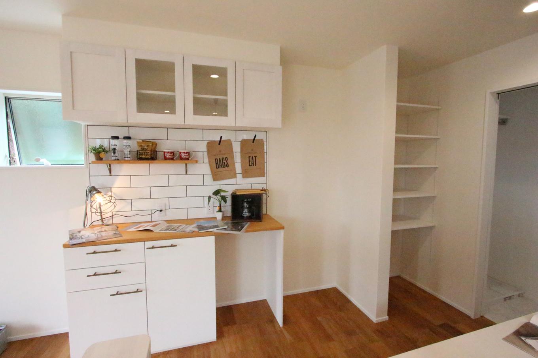 モノの形や容量などに合わせて造作した世界に1つだけのキッチン収納。見える部分にはお気に入りグッズを飾り、すっきりとしたキッチンに。大きめのサブウェイタイルとの相性も良く、真っ白な空間のアクセントにもなっている