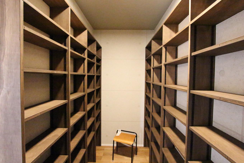 本好きのご主人のために1000冊以上は収納できる書庫を備え、ご主人専用のプライベート空間になっている