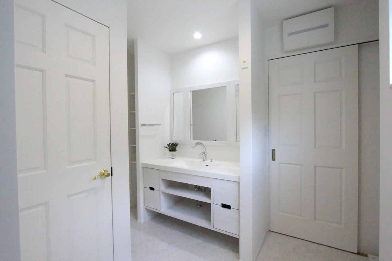 奥さまが一目惚れした輸入家具風の洗面台はオーダーメイドで完璧に再現。家事や育児と忙しい毎日の中でも身支度が楽しくなる洗面台は、既製品には出せない魅力がある。洗面所からはキッチンやウォークインクローゼットにも繋がっており家事動線もばっちり