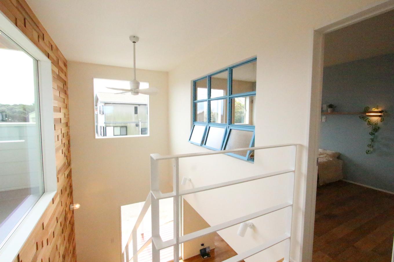 2Fの階段の壁には大きな窓を設置し、2Fのどの部屋からも海が一望できる。また、寝室にあるウォークインクローゼットは夫婦で空間を分け、互いに好きな色づかいや空間使いをしプライベート収納にしている。2Fにも細部にわたるこだわりが光っている